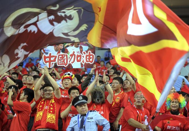 Des supporteurs de l'équipe de football chinoise, le jeudi 6 septembre.