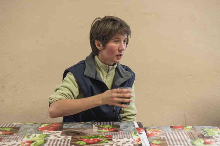 Nathalie Coupin, encadrante de l'élevage et de la fromagerie. À 28 ans, elle ne va sans doute pas renouveler son contrat en raison de la difficulté à travailler dans ce milieu masculin. En revanche, elle ne tarit pas d'éloges sur le projet auquel elle « adhère pleinement » et le cadre de travail « magnifique ». Comme les autres salariés « pas venus ici pour faire fortune », elle ne compte pas les heures de bénévolat au-delà dès 35 heures et le week-end.