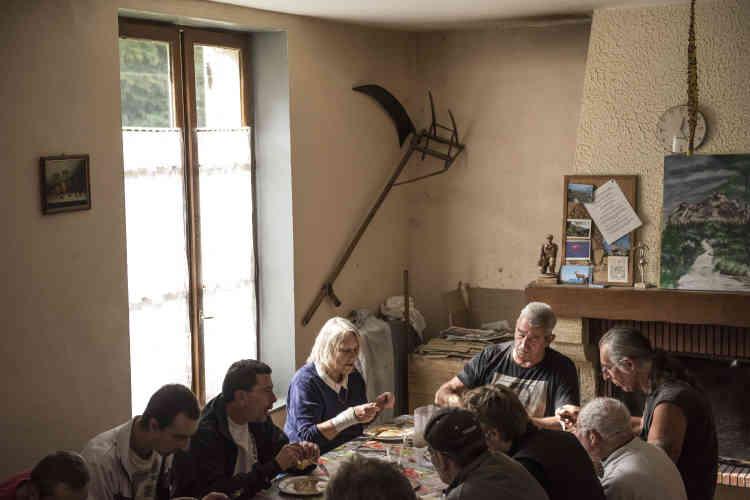 Le repas du midi dans la grande salle à manger fait partie des obligations que certains ont du mal à vivre, après avoir mangé seul dans leur cellule pendant plusieurs années. Résidents, salariés et bénévoles s'y retrouvent. Michèle Dufour, chargée de la comptabilité de la ferme qui vit de sa production et du prix de journée payée par l'administration pénitentiaire, joue aussi le rôle de confidente de mère-poule.