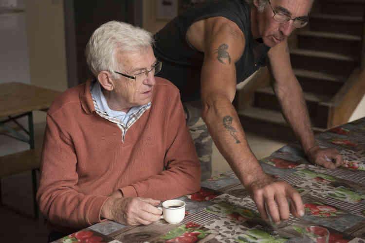 Eric de Villeroché, ancien président du secours catholique de l'Aisne, est le troisième à présider les destinées de l'association de gestion de la ferme de Moyembrie, après son fondateur Jacques Pluvinage et Anne-Marie Péry. En pleine discussion avec Joël, dit « Rambo », un ancien bénéficiaire du programme devenu salarié de la ferme pendant 5 ans et désormais bénévole.