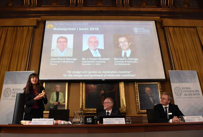 De gauche à droite sur l'écran: Jean-Pierre Sauvage, James Fraser Stoddart et Bernard Lucas Feringa, qui ont reçu mercredi 5 octobre le prix Nobel de chimie 2016.
