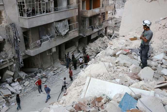 Un casque blanc dans un quartier tenu par les rebelles à Alep.