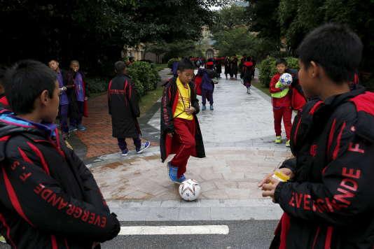Un élève joue au ballon, le 3 décembre 2015 à Qingyuan dans le Sud de la Chine.