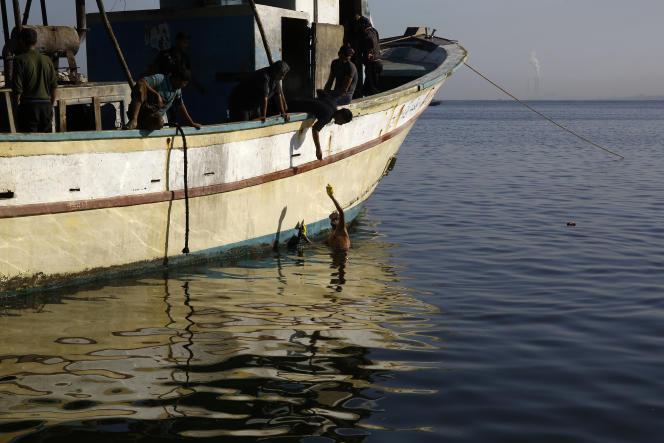 Des pêcheurs palestiniens dans le port de Gaza City, le 20 septembre 2016.