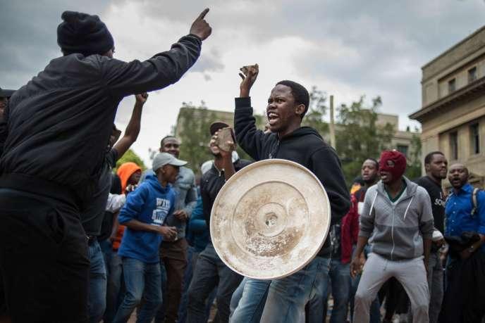 Le 4 octobre, des étudiants de Witwatersrand, à Johannesburg, révoltés par la hausse des frais universitaires.