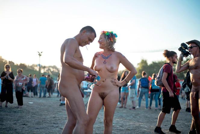 Le 10 septembre, à la Fête de l'Humanité, au parc de La Courneuve, débats, expositions et ateliers étaient organisés pour défendre «le droit d'être nu».