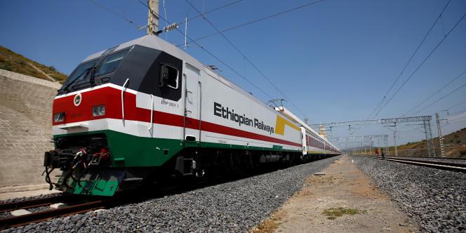 L'un des convois de passagers de la nouvelle ligne Djibouti–Addis-Abeba en gare d'Adama. Le matériel roulant et la ligne sont chinois, un chantier mené en deux ans.