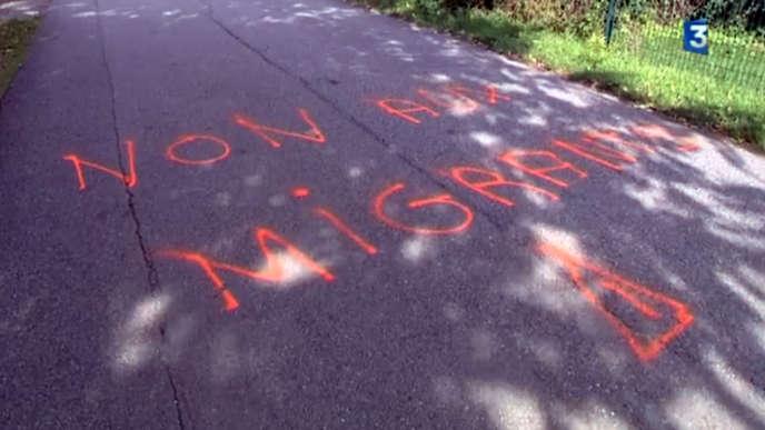 Une inscription «non au migrants» a également été découverte aux abords du futur centre à Saint-Hilaire-du-Rosier, le 6 octobre.