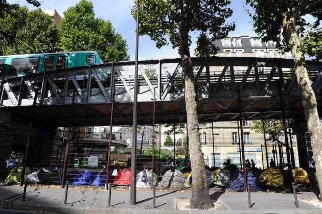 Des migrants sous le métro Barbès, dans le nord de Paris.
