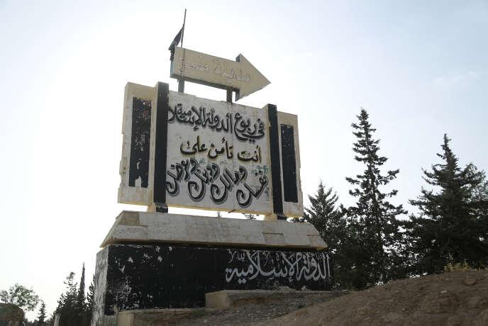 Des slogans de l'organisation Etat islamique à l'entrée de la ville de Manbij, dans le nord de la Syrie, le 23 juin.