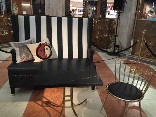La banquette signée Philippe Starck, en cuir repoussé, s'inspire des gondoles vénitiennes.