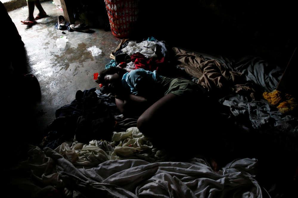 Vlola Joseph dors sur le sol de sa maison, après le passage de l'ouragan, àPort-au-Prince, le 5 octobre.