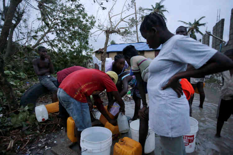 Distribution d'eau auxCayes, en Haïti, le 5 octobre.