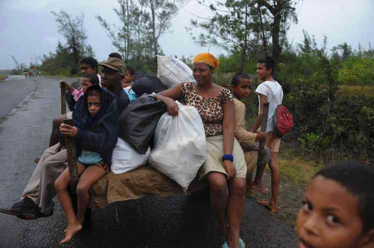 Des habitants deCarbonera, à Cuba, rentrent chez eux après le passage de l'ouragan, le 5 octobre.