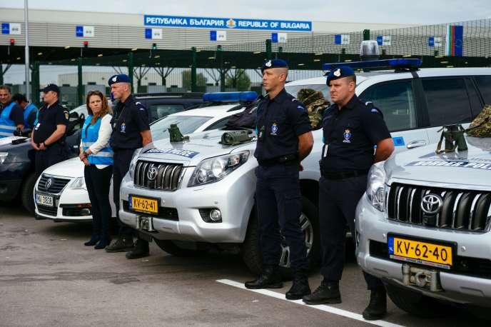 AKapitan Andreevo, à la frontière entre la Bulgarie et la Turquie : policiers néerlandais et membres de la nouvelleAgence européenne de gardes-frontières, officiellement lancée jeudi 6 octobre.
