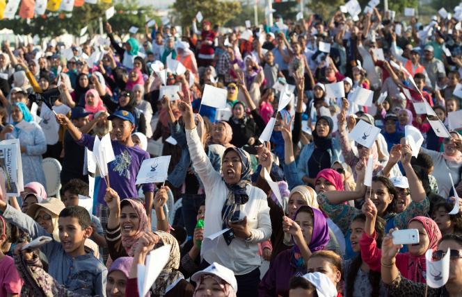 Des militants du Parti de la justice et du développement (PJD, au pouvoir) lors un rassemblement à Salé, le 6 octobre.