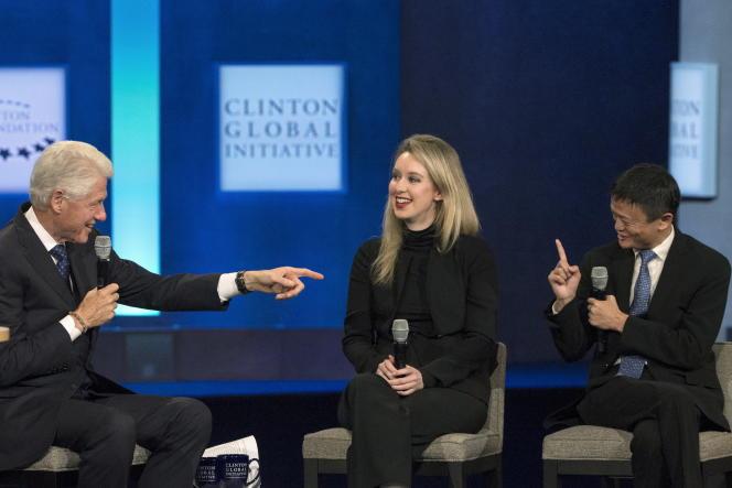 «Theranos, fondée en 2003 par Elizabeth Holmes, âgée de 19 ans, se donnait pour mission de métamorphoser l'industrie de l'analyse médicale» (Elizabeth Holmes, entre l'ancien président des Etats-UnisBill Clinton et Jack Ma (Alibaba Group), en 2015).