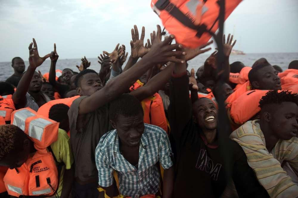 Ce jour-là, beaucoup de navires de secours sont repartis vers l'Italie pour débarquer les migrants, plus de 6 000, secourus la veille.