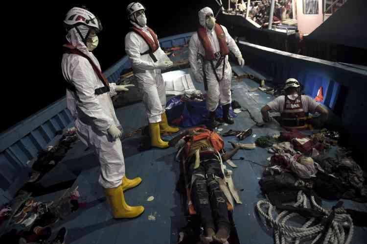 A la fin de la journée, les secouristes d'«Astral» ont fait place à des membres de la marine italienne pour récupérer les survivants et les cadavres.