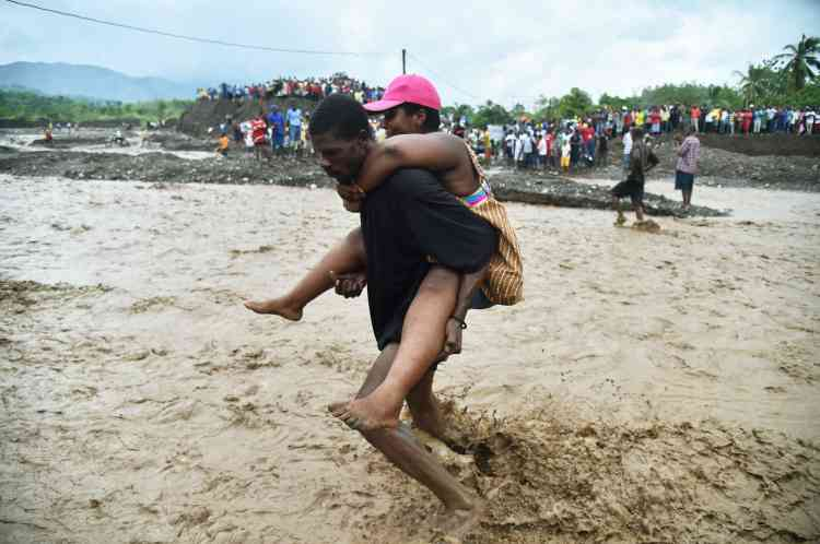 APetit-Goâve, ville du sud d'Haïti, un pont s'est effondré, obligeant les habitants à traverser la rivière locale, la Digue, à pied.