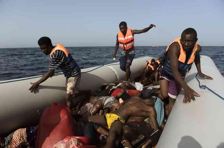 Pour les migrants en quête d'Europe, la noyade n'est pas le seul danger : beaucoup, déjà affaiblis par leur périple et des conditions difficiles en Libye, succombent par asphyxie, souvent à cause des émanations de carburant. Les survivants souffrent de brûlures dues au mélange –redoutable pour la peau– du carburant et de l'eau de mer.