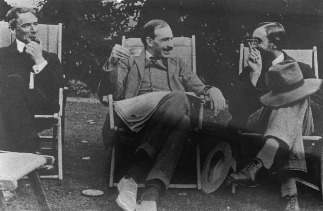 Au centre, l'économiste John Maynard Keynes, entouré du philosopheBertrand Russell (à gauche) et de l'écrivainLytton Strachey, en 1917.