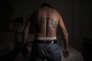 """San Salvador, 21 juillet 2016. """"Santiago"""" est un des leaders du Barrio 18. Il exhibe fièrement ses tatouages caractéristiques de son gang."""
