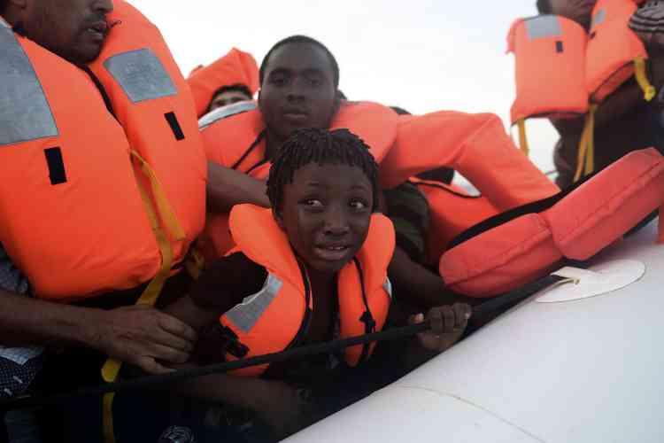 Comme plusieurs autres navires de secours privés trop petits pour prendre des migrants à leur bord, l'«Astral» s'est chargé de repérer et sécuriser les embarcations, en distribuant des gilets de sauvetage.