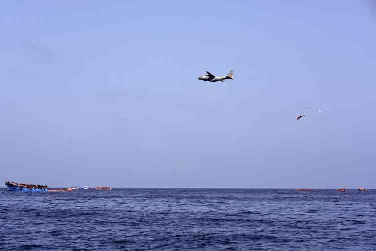 Des canots de survie ont été largués par un avion militaire espagnol, avant l'arrivée d'un navire militaire italien à la mi-journée.