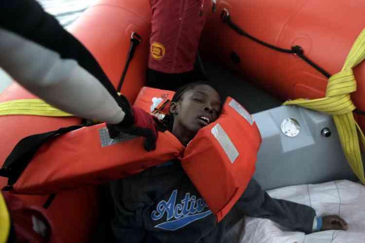 Les membres d'équipage ont également prisen charge les personnes les plus fragiles ou malades, avant de participer au transfert des migrants vers des bateaux plus importants.