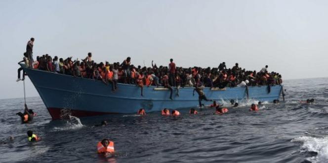 Le 4 octobre 2016, prochesdes côtes libyennes, un bateau de migrants attend d'être secouru.