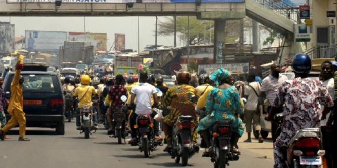 Trafic routier sur une avenue de Cotonou, en mars 2016. Toutes les deux roues sont des« zémidjans», des chauffeurs de taxis-motos.