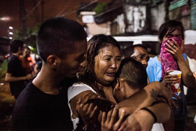 Mai Lisa Erasga, 48 ans, pleure la mort de son époux, Rufino Jumaqui, tué lors d'une opération de police qui visait revendeurs et consommateurs.