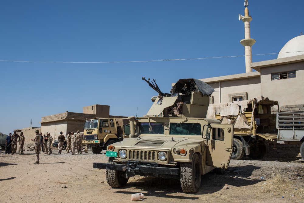 Une brigade de l'armée irakienne s'installe en repérage près de la base militaire kurde de Khazir. Ici, des véhicules blindés de l'armée irakienne.