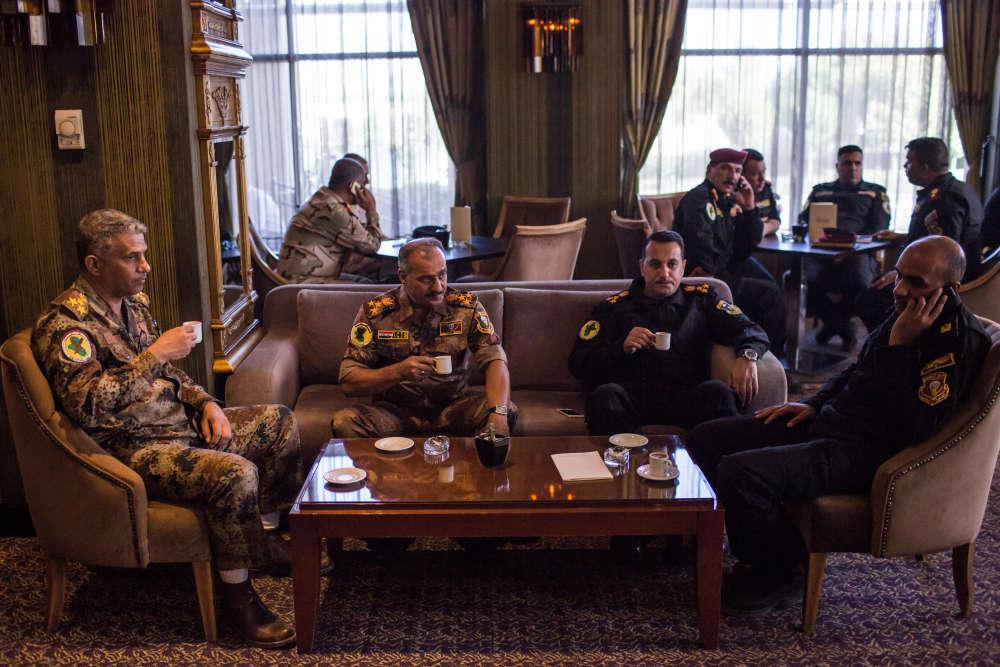 A l'hôtelSheraton d'Erbil,les membres de la « golden division» discutent avant de repartir vers Bagdad.