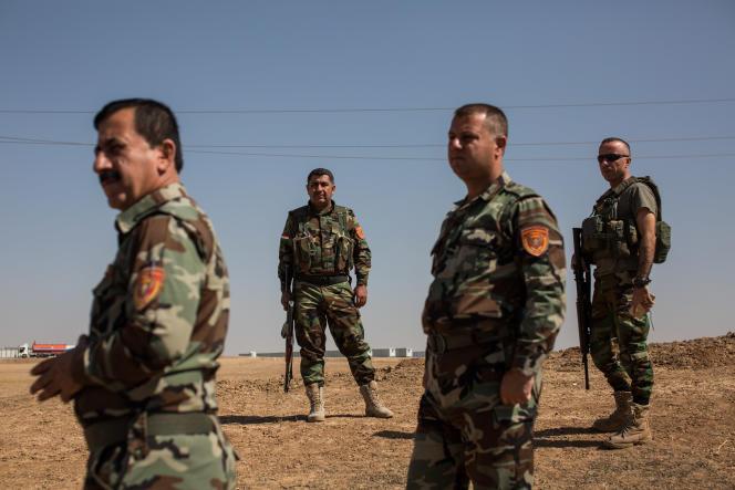 Peshmergas membres des Zeravani, non loin de la base militaire de Khazir. L'armée irakienne installe en face une nouvelle base militaire.