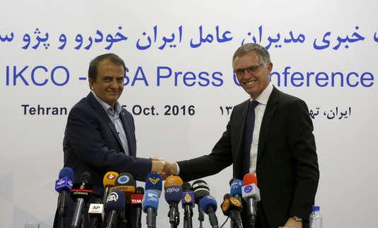 Le président d'IKCO,Hashem Yekkeh-Zareh, et son homologue de PSA, Carlos Tavares, le 5 octobre à Téhéran.