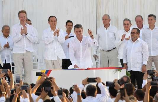 Juan Manuel Santos signe l'accord de paix avec les FARC, le 26 septembre 2016 à LaHavane.