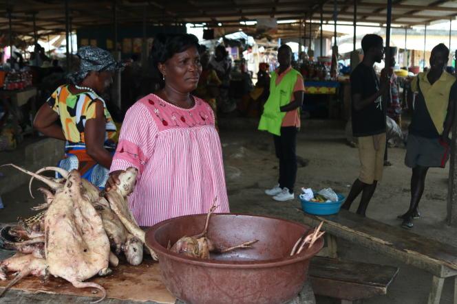Mah Thérèse Boussoutta tient l'un des stands de viande debroussedu marché Akoa de Youpougon, en Côte d'Ivoire.