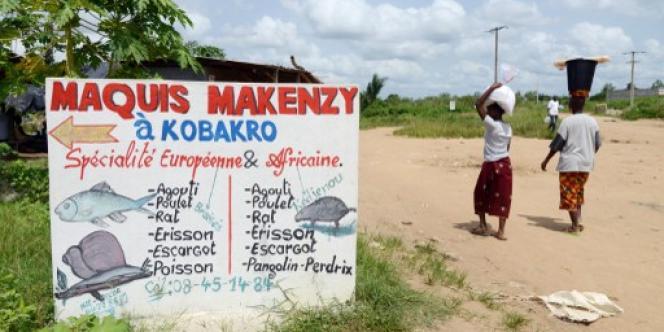 Le menu du petit restaurant Makenzy, à Kobakro, dans la banlieue d'Adidjan, en avril 2014.