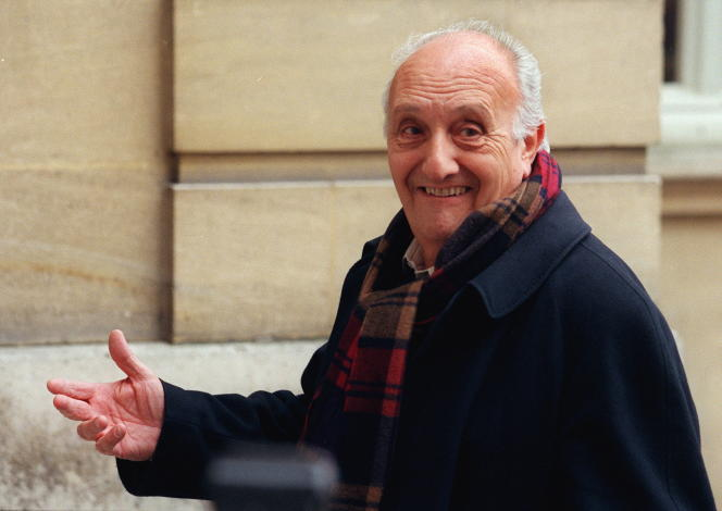 Pierre Tchernia arrive, le 24 novembre à l'hôtel Matignon à Paris, pour un déjeuner en compagnie du Premier ministre Lionel Jospin.