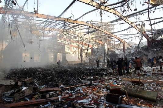 Un bâtiment où se déroulaient des obsèques s'est effondré après un raid aérien à Sanaa le 8 octobre.