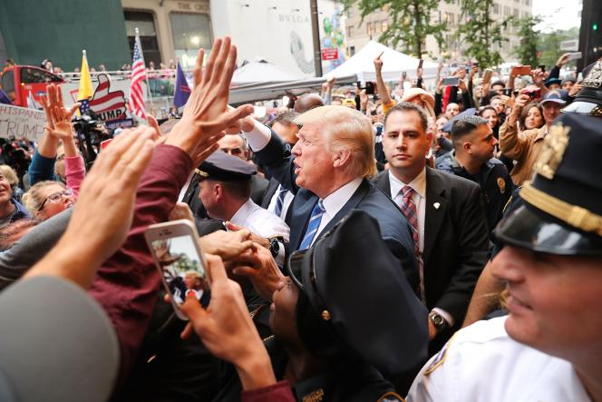 Donald Trump salue ses supporteurs, le 8 octobre à New York City.