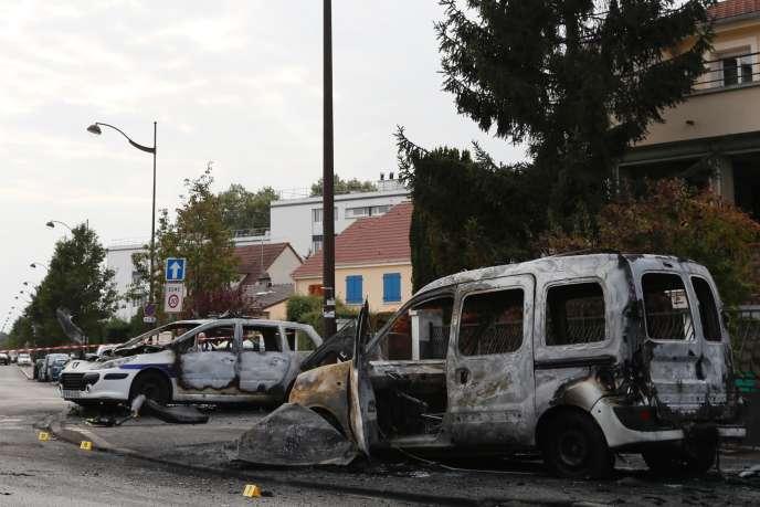 Voitures incendiées après l'attaque de policiers à Viry-Châtillon, le 8 octobre.