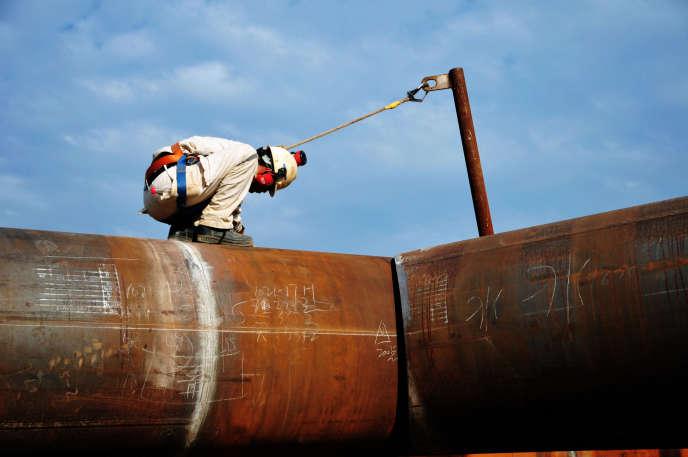 Un travailleur chinois, le 1er octobre à Qingdao, dans l'est de la Chine.