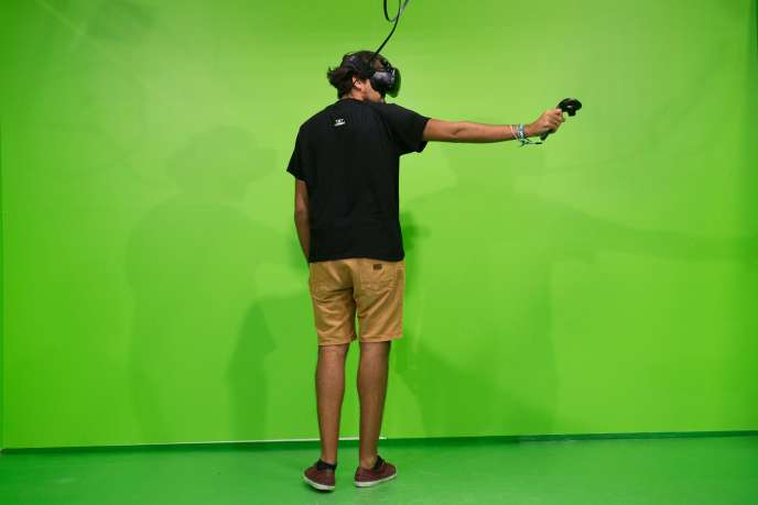Un visiteur du Barcelona Games World s'essaie à la réalité virtuelle, le 8 octobre 2016.
