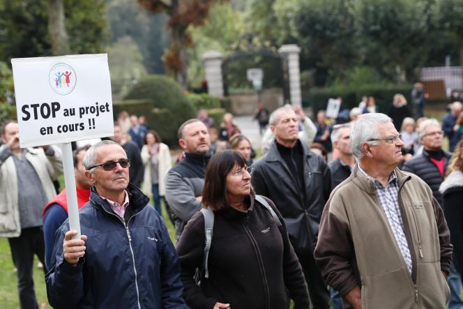 Dans le Var, de 700 à 800 personnes ont défilé à l'appel de la municipalité à Pierrefeu, commune rurale à 800 kilomètres d'Hyères, contre la création d'un centre d'accueil pour migrants.