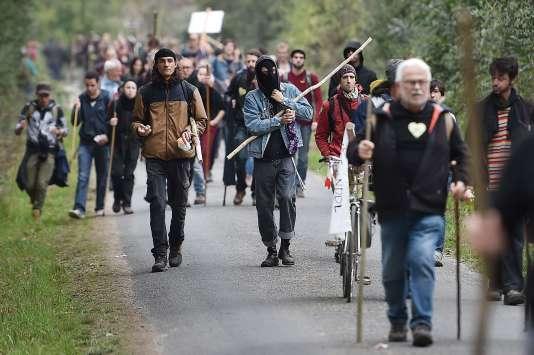 De 12 800 (selon la police) à plus de 40 000 (pour les organisateurs), les opposants au projet d'aéroport de Notre-Dame-des-Landes, ont rejoint la ZAD, samedi 8 octobre, pour apporter leur soutien aux occupants.