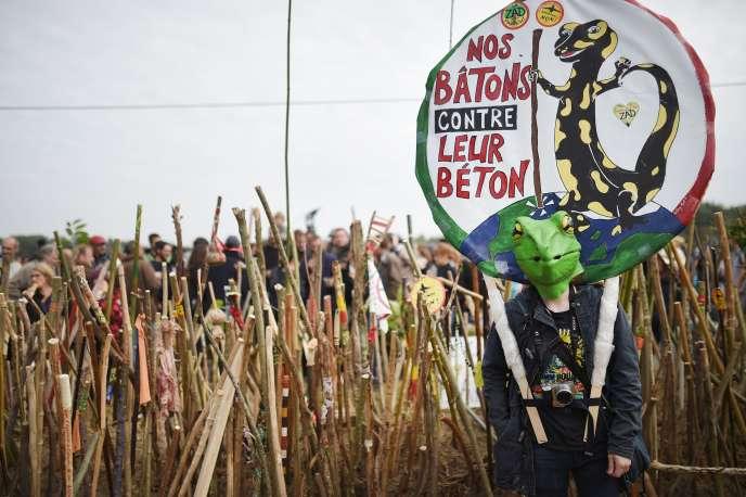 Inivtés à apporter un bâton sur la ZAD de Notre-Dame-des-Landes, les opposants au projet d'aéroport se sont fortement mobilisés, samedi 8 octobre, contre toute tentative d'évacuation.