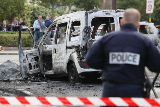 Le véhicule des policiers a été brûlé par des cocktails Molotov.